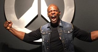 Terry Crews pose devant un logo Overwatch